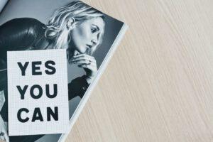 Frau mit yes you can-Sticker meine Reise in die Selbstständigkeit